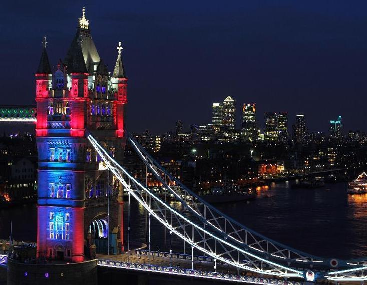 伦敦塔桥展示魔幻灯光